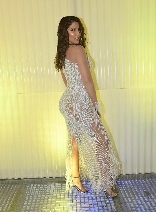 Victoria Velvet je na svůj velký zadek a stehna pyšná. Proto zvolila na Elle párty tento outfit.
