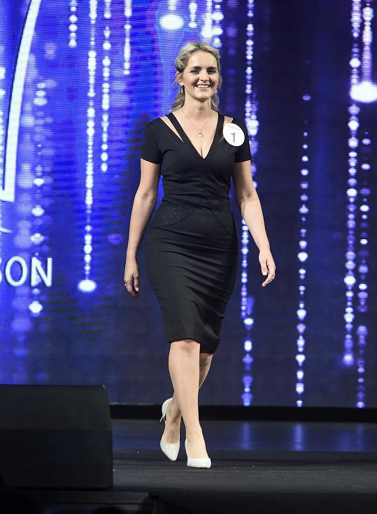 Kateřina Křenková při přehlídce, na kterou oblékla šaty od návrhářky Aleny Wilson.