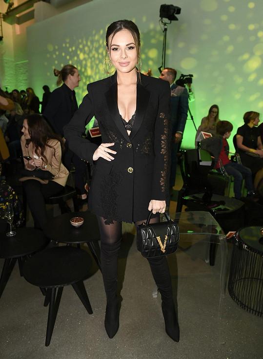 Těhotné Monice Bagárové to na tiskové konferenci v černém sexy outfitu opravdu slušelo.