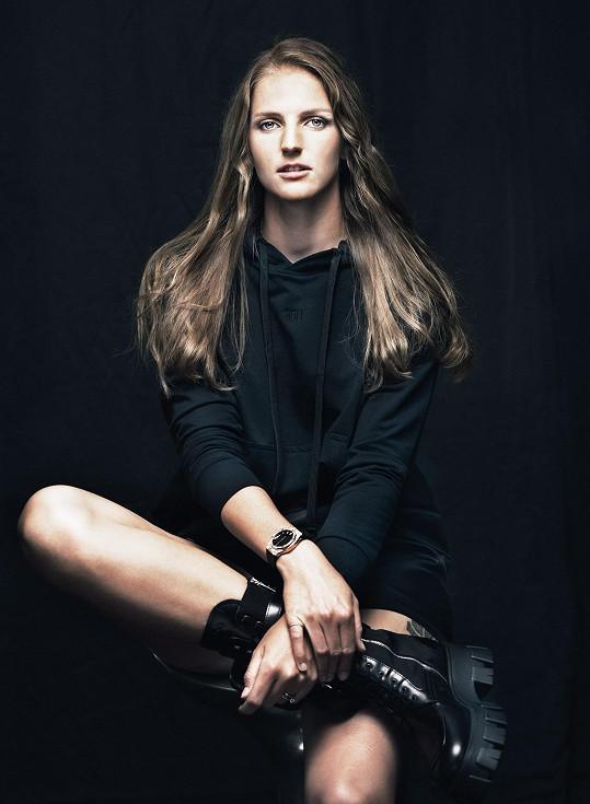 Oblékla kousky z aktuální kolekce Prada a ozdobila se celodiamantovými dámskými hodinkami Hublot, jejichž cena je 1 347 000 korun.