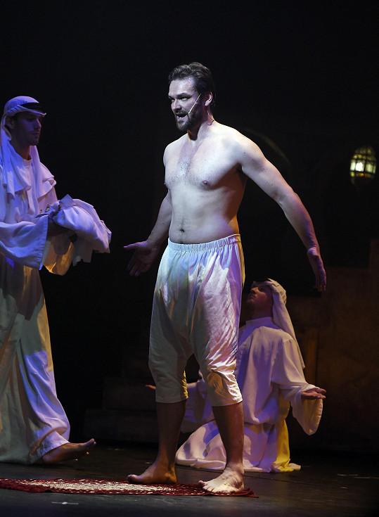 Tomáš Novotný hrál Othella na premiéře.