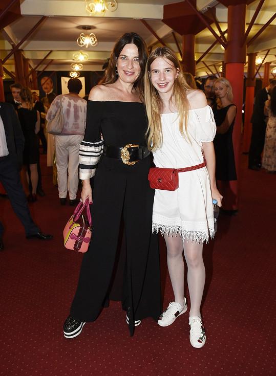 Takové boty jaké obula Michaela Jílková (na snímku s dcerou Marií), opravdu na slavnostní premiéru nepatří.