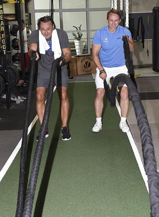 K fyzičce mu pomáhá trenér.
