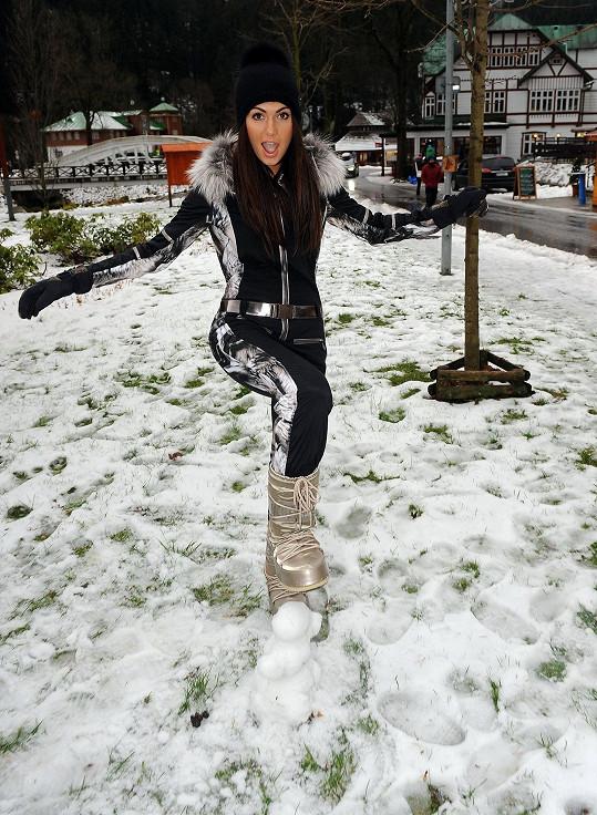 Při pózování v nových modelech na zimu se snažila tvář skrýt v paruce.