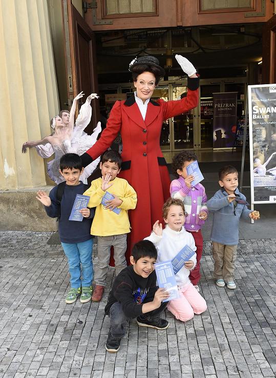 Alena s dětmi z dětských domovů v Divadle Hybernia