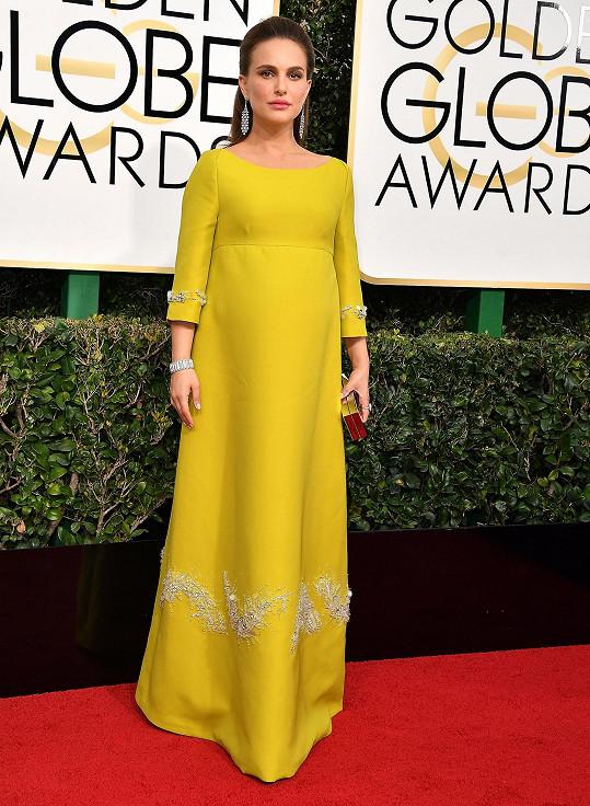 Na sociální síti se Natali Portman nechala slyšet, že pro ni nebylo snadné vybrat šaty. Zdánlivě složitý problém se herečce podařilo zvládnout dokonale, když sáhla po modelu ozvláštněném empírovým pasem s rozšiřující se sukňovou částí a výšivkami s krystaly z kolekce italského módního domu Prada.
