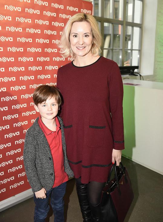 Malého herce doprovodila na první tiskovou konferenci maminka.
