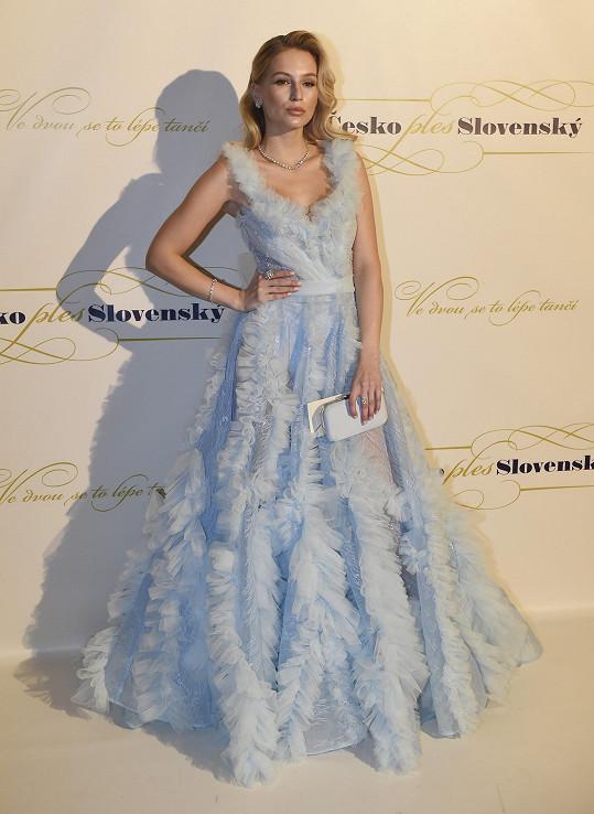 Modelka Karolína Mališová oblečená též od Ponerů. Šperky měla stejné značky ještě o půl milonu dražší.