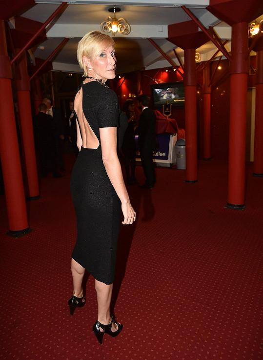 Šansoniérka Renata Drössler si kvůli výstřihu na zádech také nemohla podprsenku dovolit.