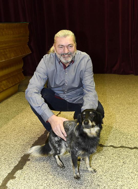 Dan dorazil jako vždy se svým psím miláčkem.
