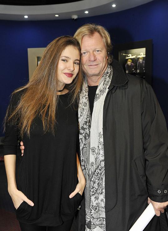 Sára hraje dceru hudebního producenta v podání Marošem Kramára.