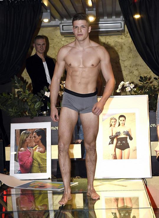 Adam Gemrot předváděl na křtu kalendáře Míši Gemrotové v Play clubu prádlo.