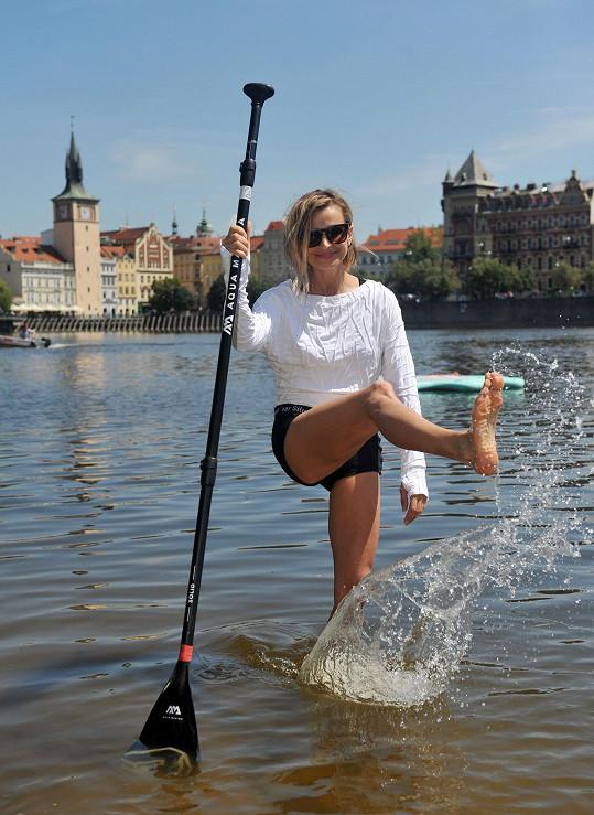 Ivana na paddle boardu hned získala rovnováhu.