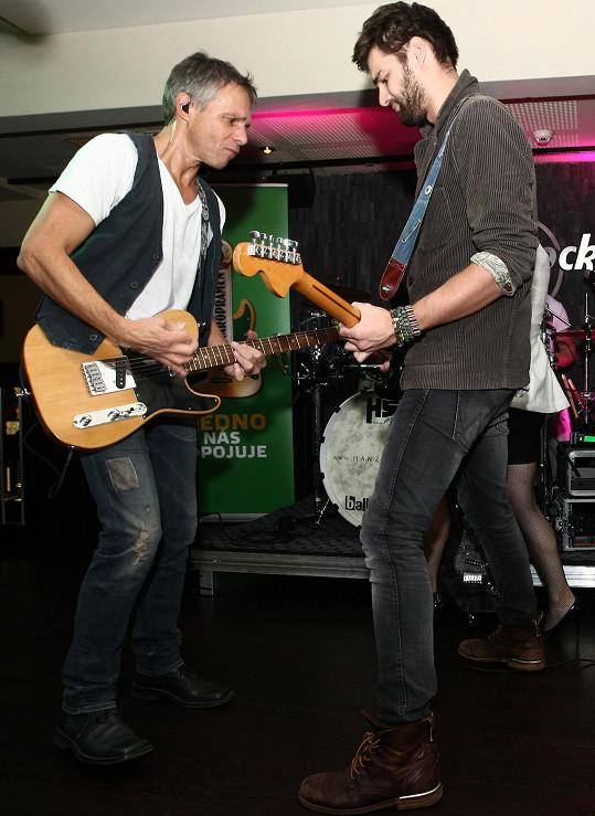 Jonáš se věnuje také hudbě a dokonce vystoupil s otcem na jednom pódiu.