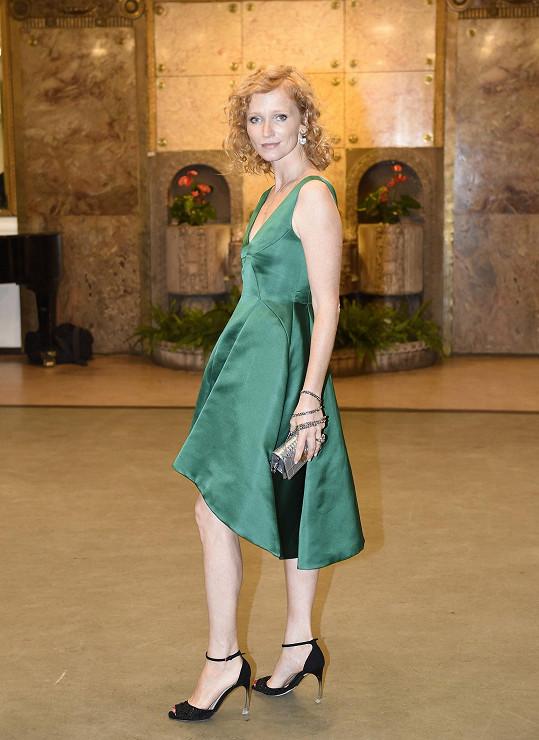 Aňa Geislerová se během moderování večera přiznala, že se vždy těší, když může obléknout něco od Diora. Pro tento večer zvolila šaty Dior New Look, které stylově doplňovaly náušnice Dior Set, a nemohla chybět kabelka mini Diorama.