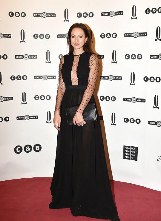 Návrhářka Petra Brzková je autorkou černých šatů, které oblékla Karolína Krézlová. Díky černé vynikly robustní šperky Bulgari i sandály značky Jimmy Choo.