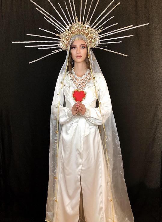 A ještě v mnohem netypičtějším národním kostýmu - jako panna Marie
