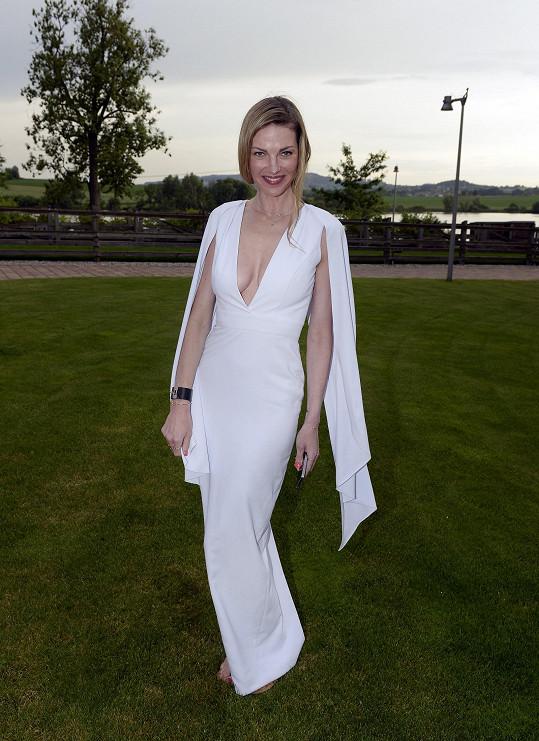 Šaty od Michaela Kováčika s pláštěnkou