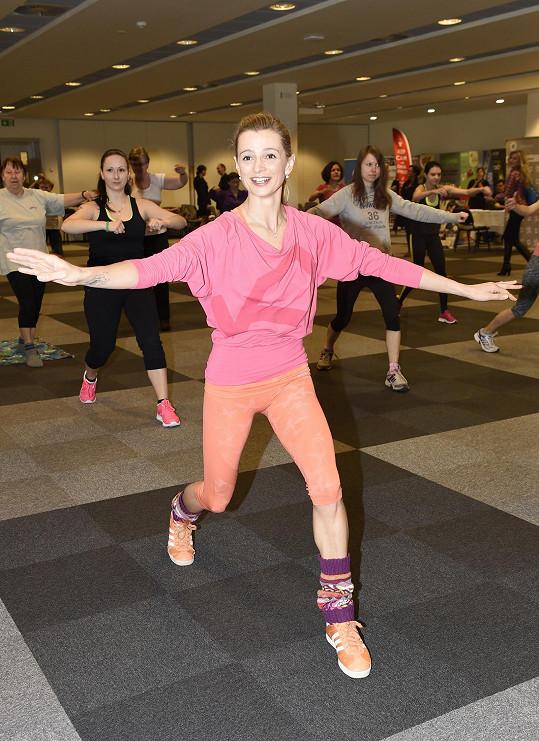 V rámci projektu Pohyb pomáhá Hanky Kynychové si herečka zacvičila aerobic.