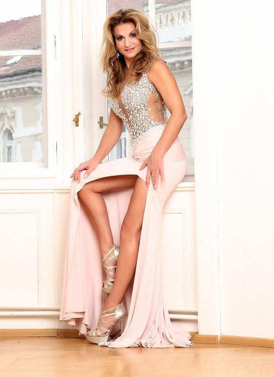 Herečka se může pochlubit krásně tvarovanýma nohama.