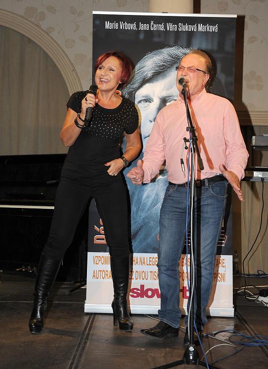 Petra s Petrem Jandou zpívali na vzpomínkovém večeru na Pavla Vrbu duet Jedeme dál. Petra pak ještě přidala jeden ze svých největších hitů Říkej mi.