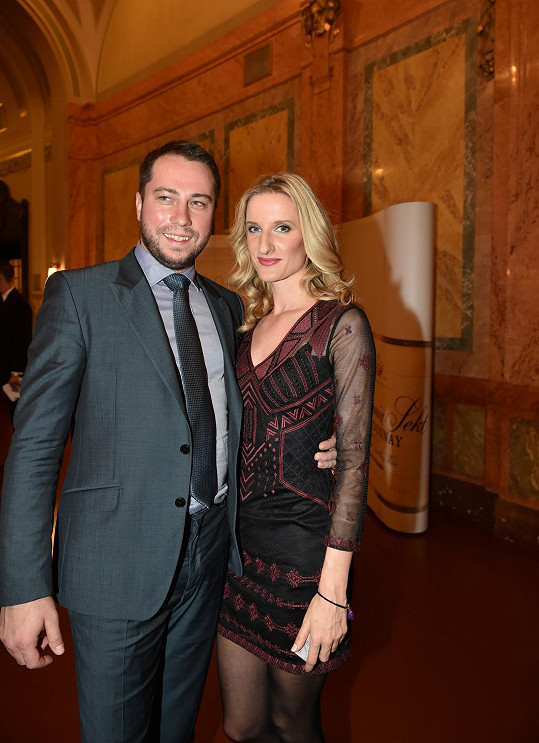 Adela a Petr spolu chodí už řadu let. Mezi moderátorkou a profesionálním tanečníkem přeskočila jiskra během jejich působení v soutěži Let´s Dance.