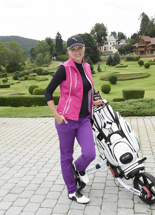 Ve volném čase si ráda zahraje golf.