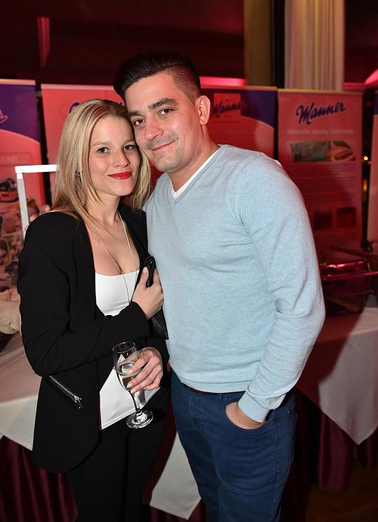 Michaelu stále častěji doprovází na večírky její partner Saša Kopka. O svoji lásku má strach.