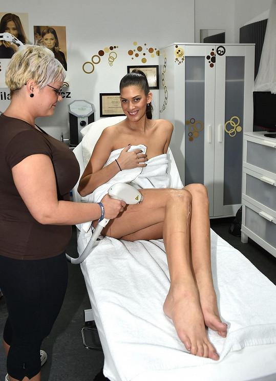 Procedura začíná tím, že se místa, která se epilují, natřou speciálním gelem.
