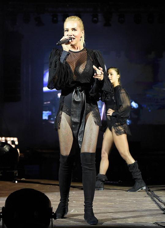 Nejodvážnější kostým měla Dara Rolins.