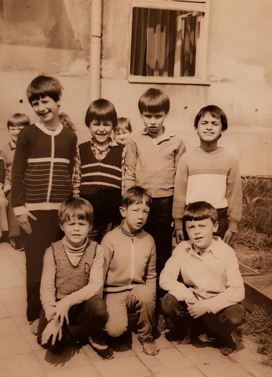 Prvňáček Petr (nahoře vlevo) se svými spolužáky. Na školní léta prý nikdy nezapomene.