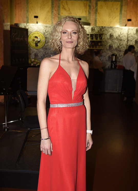 Kristina Kloubková vybrala jednoduché červené šaty.