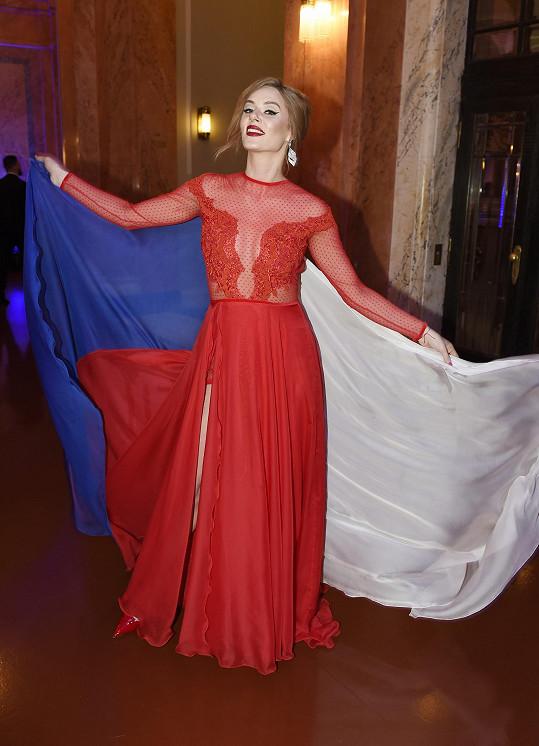Nikol Moravcová měla šaty od Míši Ducké.