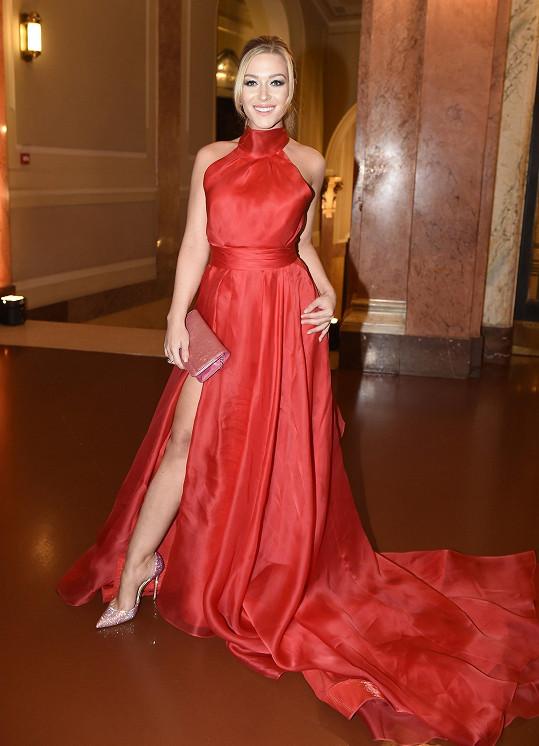 Dominice Myslivcové vybral Dolce také šaty od Kristianny, doplnil je šperky Dior.