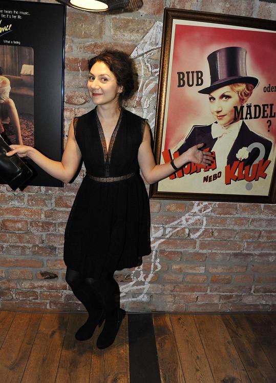 Issová s fotoobrazem, kde ztvárňuje Adinu Mandlovou.