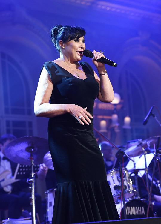 Takhle to zpěvačce slušelo na koncertě na pražském Žofíně.