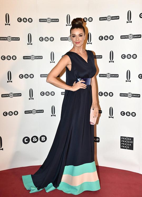 Moderátorka TopStaru Iva Kubelková vypadala na Plese v Opeře jedinečně.