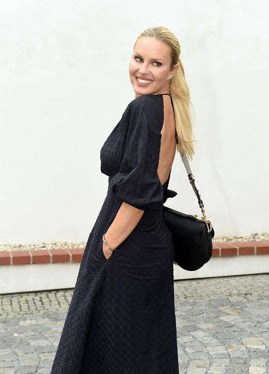 Na večírek Novy oblékla šaty od návrhářky Ivany Mentlové.