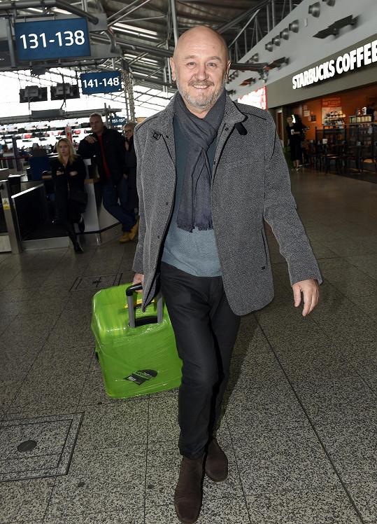 Partner moderátorce pomohl se zavazadly. Nechal je zabalit speciální fólií.