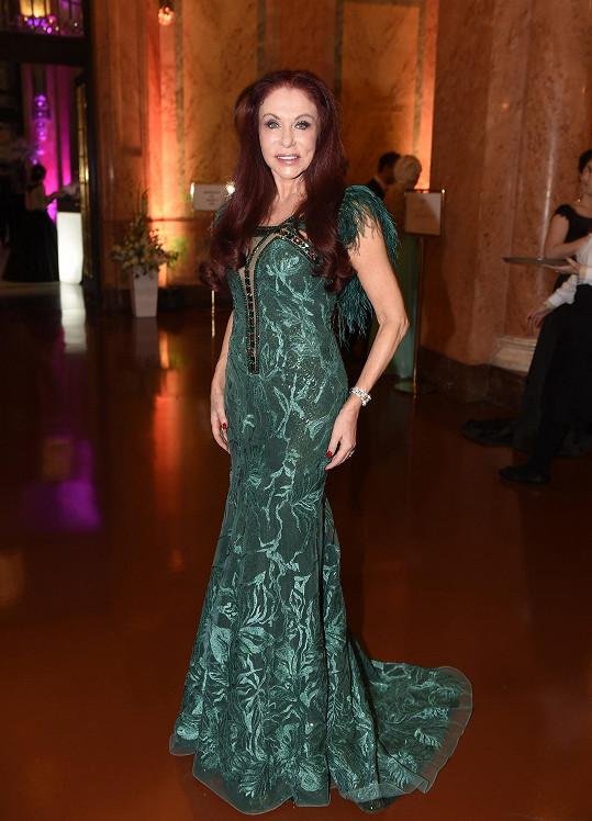 Blanka Matragi si přivezla šaty ze svého bejrútského salonu. Přestože jí jako zrzce zelená sluší, byl to vůbec první model ve smaragdovém odstínu, který pro sebe vytvořila.