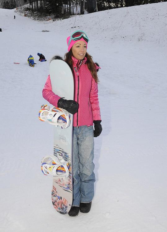 Svahy sjížděla na snowboardu.