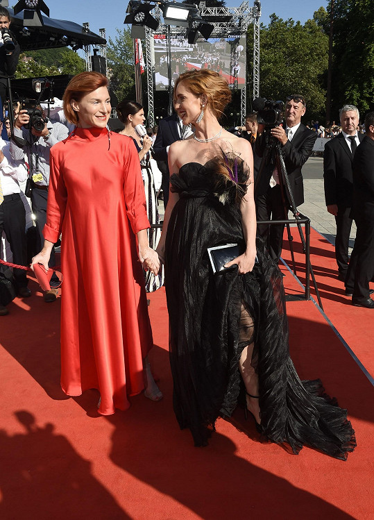 Hanka Vagnerová s kolegyní Lenkou Krobotovou na červeném koberci