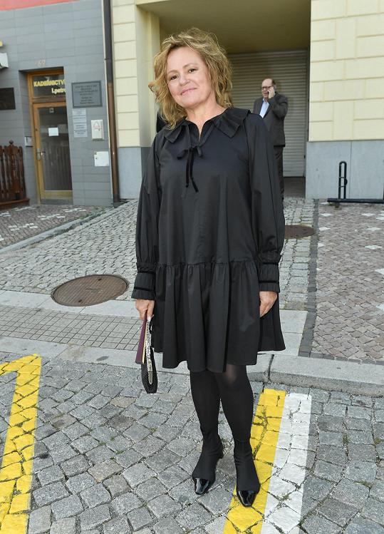Seriálová herečka Jitka Sedláčková zhubla a v černé jí to slušelo.