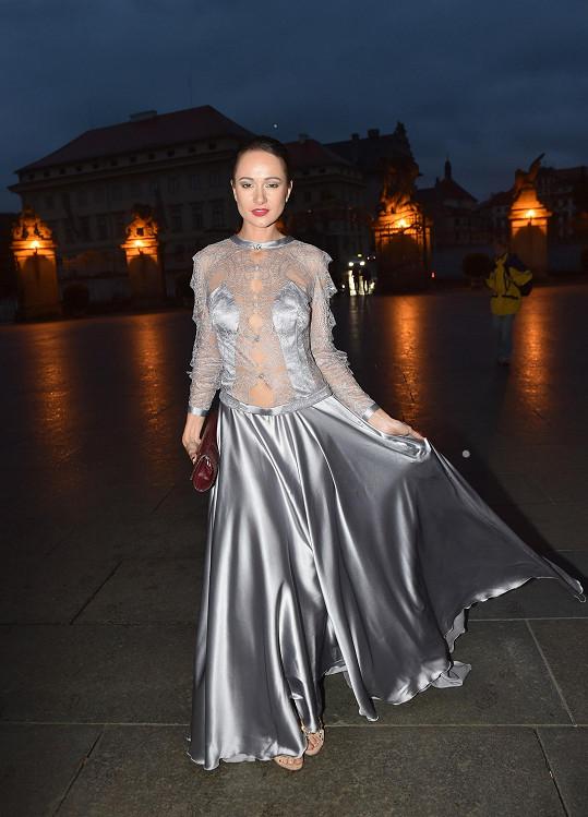 Zpěvačka Karolína Krézlová si na Elite Mode Look oblékla šaty značky Nanay.