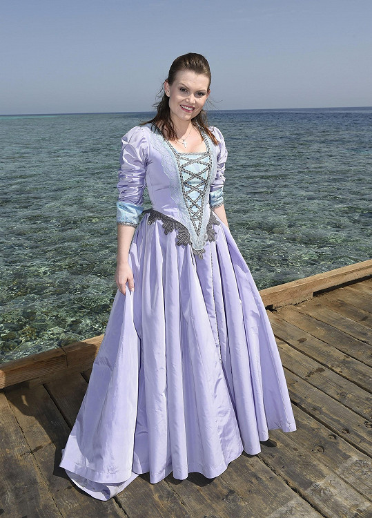 Eliška v kostýmu z muzikálu Robinson.