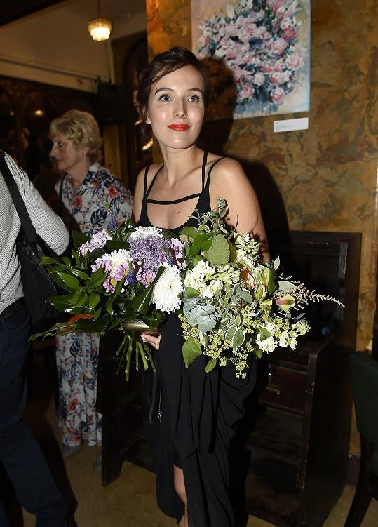 Tereza s kyticí po premiéře