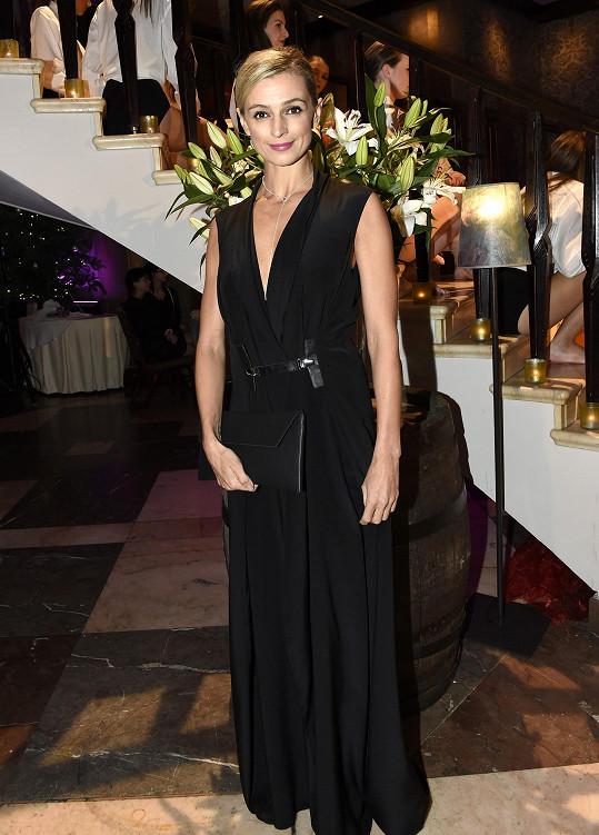 Této barvě nebarvě podlehla i herečka Ivana Jirešová, kterou pro tuto příležitost oblékla česká módní značka Leeda do černého modelu s hlubokým výstřihem, kterému dominovalo výrazné zapínání.