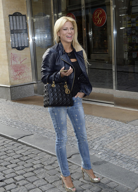 Při odchodu se blondýna zadrhla jehlovým podpatkem v chodníku.