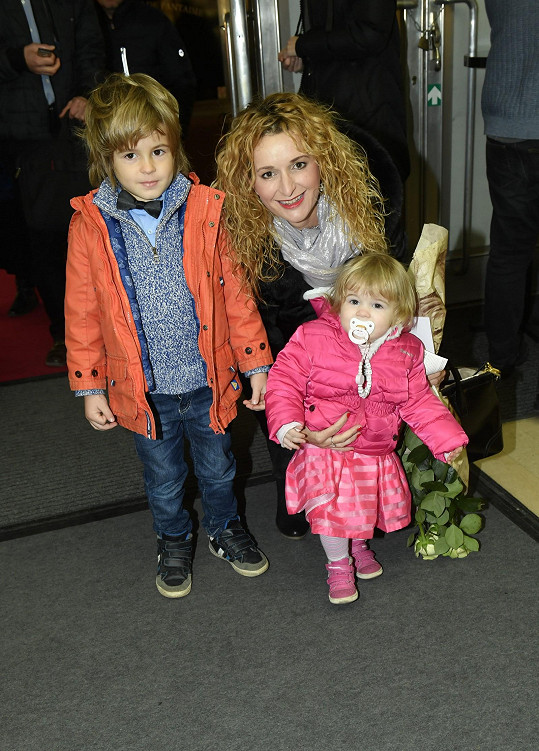 Představení si nenechala ujít ani houslistka Markéta Muzikářová s dětmi Nikolasem a Victorií Sofií.