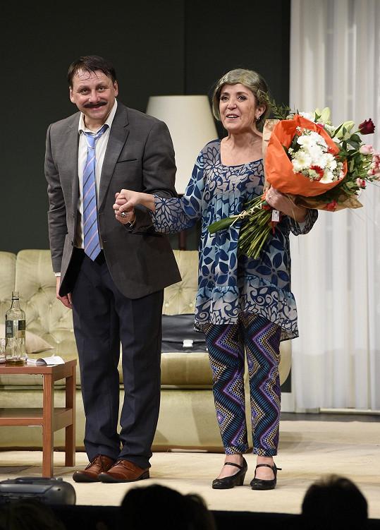 S manželem Radkem Holubem při děkovačce hry Začínáme končit ve starší podobě své postavy